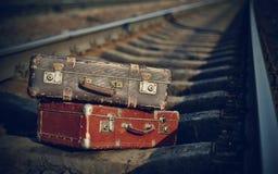 Alte Koffer auf Schienen Stockbild