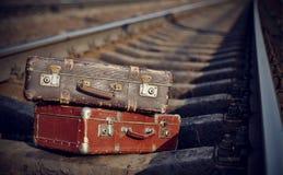 Alte Koffer auf Schienen Stockfotografie