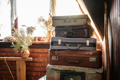 Alte Koffer in einer rustikalen Einstellung stockbild