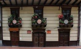 Alte Kolonialhäuser mit vielen Blumen auf dem balkony, eine typische Feiertagsansicht lizenzfreie stockfotografie