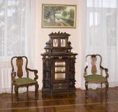 Alte Kommode und Stühle, Ende des 19. Jahrhunderts Stockfotografie