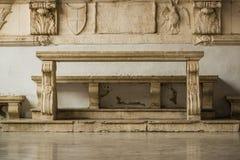 Alte konkrete Bank und Tabelle Stockbild