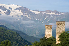 Alte Kontrolltürme und Berge stockbilder