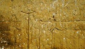 Alte korrodierte Betonmauer mit Flecken und Metallstangen Lizenzfreies Stockfoto