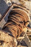 Alte korrodierte Handkurbel mit Rusty Steel Cable Tangled Coil-Sonderkommando Lizenzfreie Stockfotos