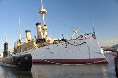 Alte Krieglieferung und -unterseeboot Stockfoto