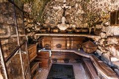 Alte Krypta im Kirchhof mit den Gräbern Hintergrund Halloween Stockfotos