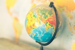 Alte Kugel auf Weltkartehintergrund Stockfotografie