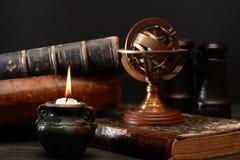 Alte Kugel und Bücher Lizenzfreies Stockfoto