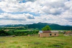 Alte ländliche Bauernhofwiese verlassen Schöne Wolken Stockfoto