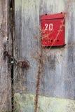 Alte ländliche hölzerne Einstiegstür mit einem gedenkwürdigen Kasten Stockfoto