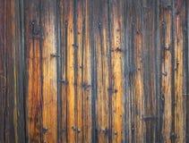 Alte ländliche hölzerne Wand in den rotbraunen Farben Stockfoto
