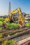 Alte Löffelbagger- und Stahlstangen an der Baustelle Lizenzfreies Stockbild