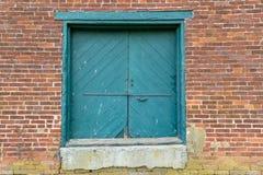 Alte Lager-Eingabetür und Backsteinmauer Lizenzfreies Stockfoto