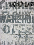 Alte Lager-Schablonen auf Beton Stockfotos