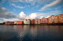 Alte Lagerhäuser entlang Nidelva Flussseite, Trondheim Stockbilder