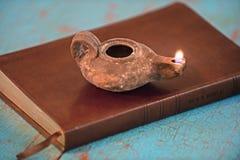 Alte Lampe auf Bibel Stockfoto