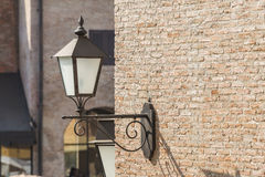 Alte Lampe auf der Backsteinmauer Stockfotos