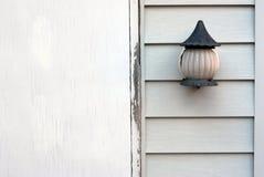 Alte Lampe auf einer hölzernen Wand lizenzfreies stockfoto