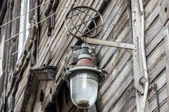 Alte Lampe auf Hausmauer Lizenzfreie Stockbilder
