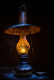 Alte Lampe in der Dunkelheit stockfotografie