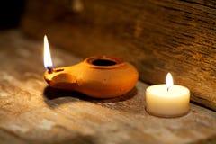 Alte Lampe des nahöstlichen Öls hergestellt im Lehm auf hölzerner Tabelle Stockfotografie