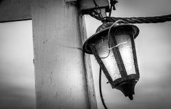 Alte Lampe, die auf der Säule hängt Stockbilder