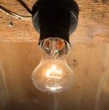 Alte Lampe, die auf einer hölzernen Decke brennt Stockfotos