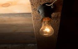 Alte Lampe, die auf einer hölzernen Decke brennt Lizenzfreies Stockbild