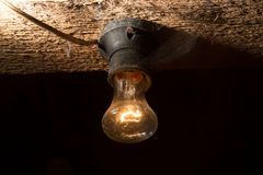Alte Lampe, die auf einer hölzernen Decke brennt Lizenzfreie Stockfotografie