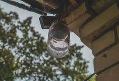 Alte Lampe im Freien am alten Haus stockfotos