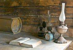 Alte Lampe und Buch Stockbild