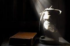 Alte Lampe und dunkle Wand. Stockbild