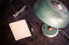 Alte Lampe und Papier Lizenzfreies Stockbild