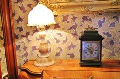 alte Lampe und Uhr Stockfoto