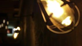 Alte Lampe in verdrahteter Verteidigung im alten Ziegelsteinkorridor Ändernder Fokus stock video footage