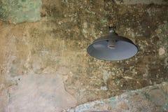 Alte Lampen auf altem Zementwandhintergrund Lizenzfreie Stockfotos