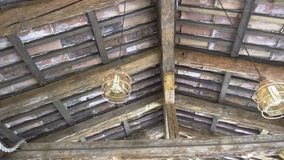Alte Lampen unter einem hölzernen Dach stock video