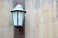 Alte Lampenweinlese auf Wandschmutzhintergrund Lizenzfreies Stockfoto