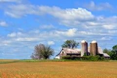 Alte landwirtschaftliche Gebäude und Felder Stockfotos