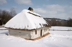 Alte landwirtschaftliche Hütte unter dem Schnee Stockfoto