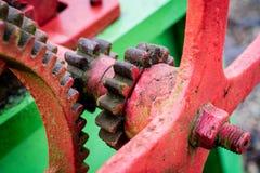 Alte landwirtschaftliche Maschinen auf einem Bauernhof Wurzelmechanismen und dreht herein agri Stockfotografie