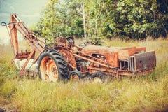 Alte landwirtschaftliche Maschinerie bedeckt mit Rost Stockfotografie