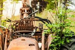 Alte landwirtschaftliche Maschinerie bedeckt mit Rost Lizenzfreies Stockfoto