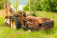 Alte landwirtschaftliche Maschinerie bedeckt mit Rost Stockfoto