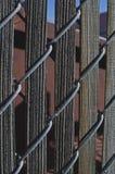 Alte lange hölzerne Latten im Zaun stockfotografie