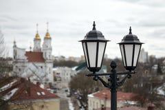 Alte Laterne über einer alten europäischen Stadt Stockfotos