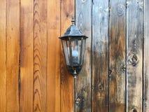 Alte Laterne auf einem hölzernen Hintergrund, alte Lampe Stockfoto