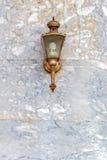 Alte Laterne auf Marmorwand Stockfotografie