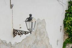 Alte Laterne eingehangen an einer Wand Stockfoto